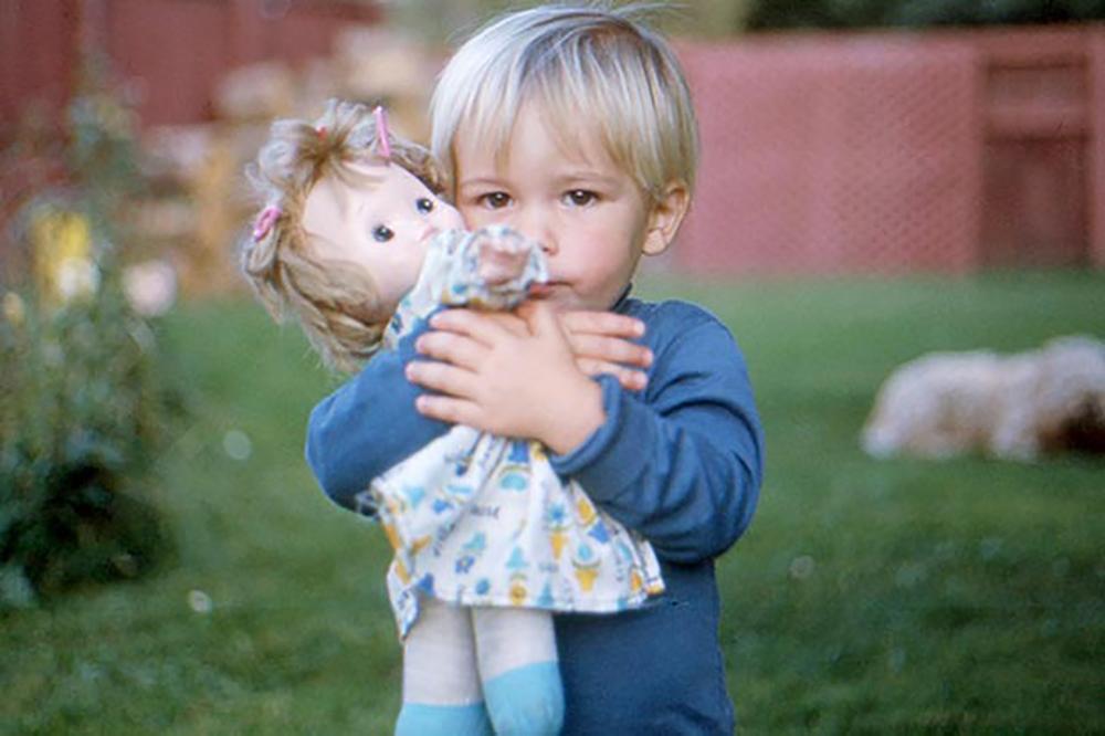 crianca-gay-menino-boneca