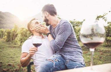 Como despertar o desejo de compromisso num homem gay (isso fará com que ele leve você a sério)